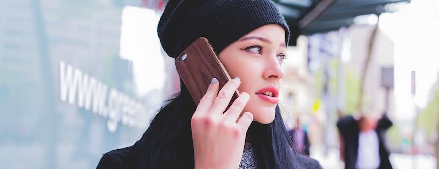 unge Frau telefoniert mit einem Smartphone.