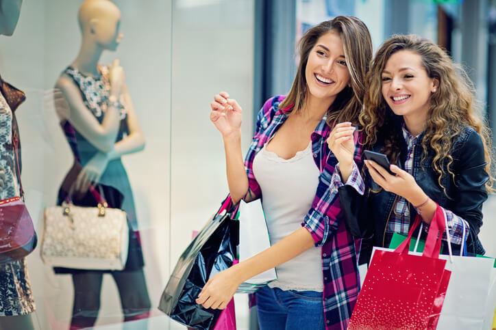 Zwei junge Frauen gehen Shoppen.